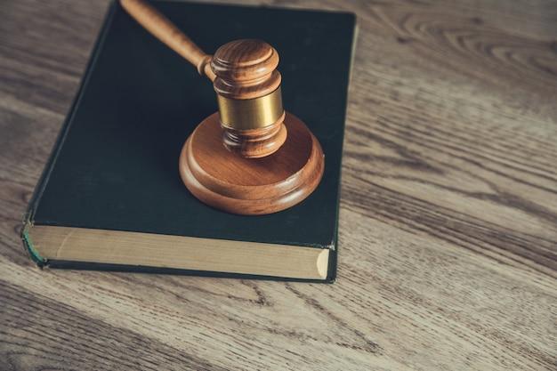 Martelo do juiz com livros na mesa de madeira