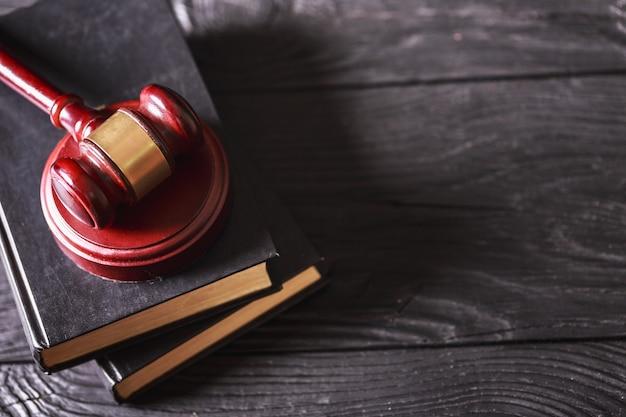 Martelo do juiz de madeira com copyspace sobre o fundo conceito de justiça e direito