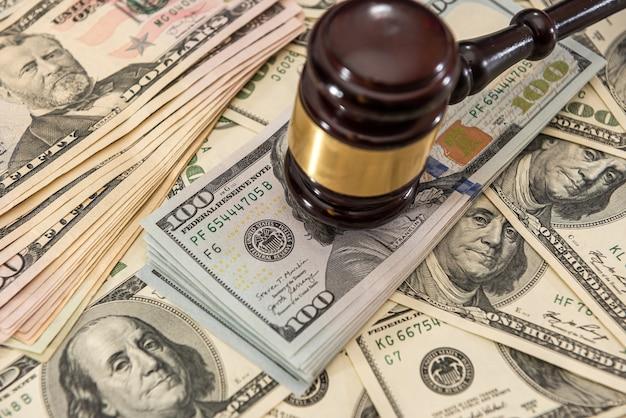 Martelo do juiz de madeira e notas de dólar americano