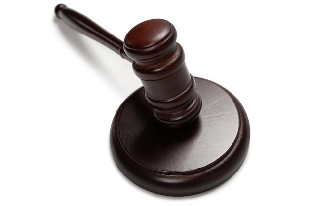 Martelo do juiz de madeira e tampo isolado em um fundo branco. sistema de justiça de direito conceitual.