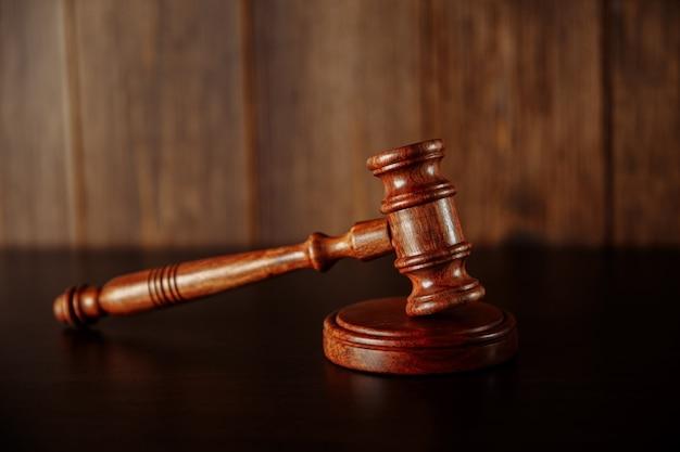 Martelo do juiz de madeira na mesa de madeira