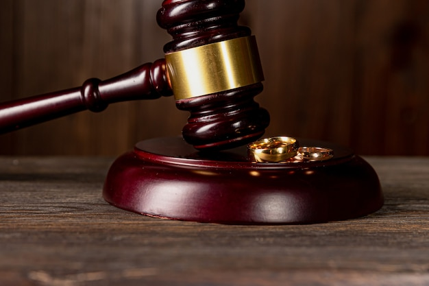 Martelo do juiz decidindo sobre o divórcio do casamento.