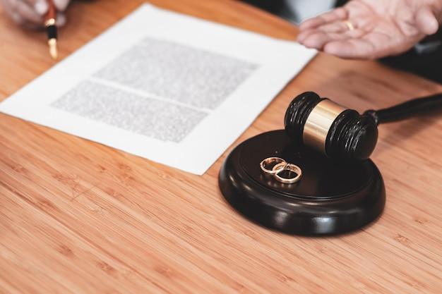 Martelo do juiz decidindo sobre os papéis de assinatura do divórcio do casamento. conceito de advogado.