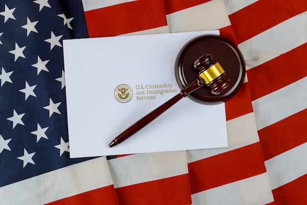 Martelo do juiz, deportação do escritório de advogados serviços de cidadania e imigração dos eua de naturalização com bandeira dos eua