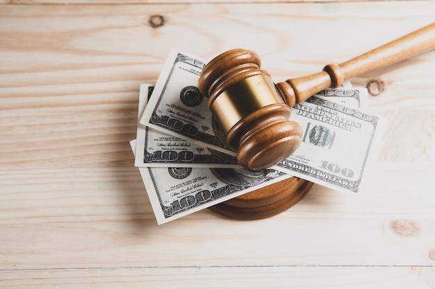 Martelo do juiz, dólares para negócios, finanças, corrupção, dinheiro, crimes financeiros