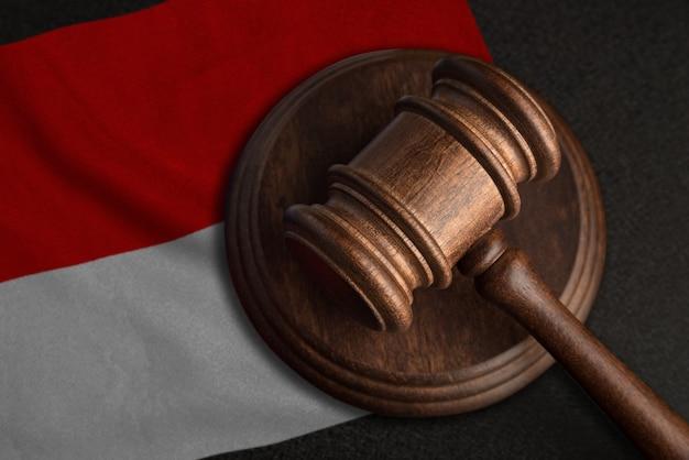 Martelo do juiz e bandeira da indonésia. lei e justiça na indonésia. violação de direitos e liberdades.
