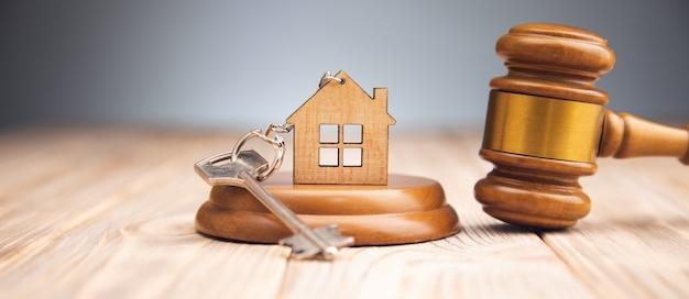Martelo do juiz e chave da casa em madeira