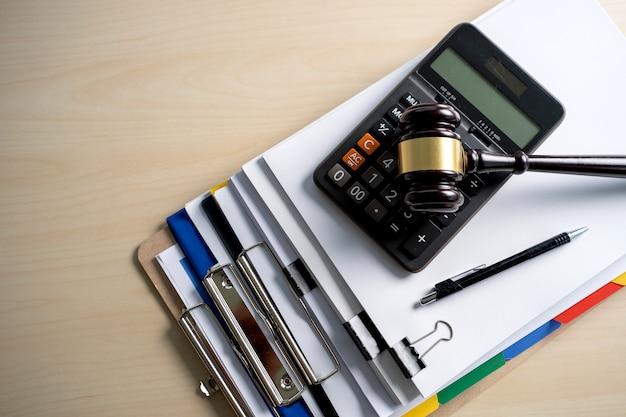 Martelo do juiz e documentos do relatório de negócios, documentos importantes