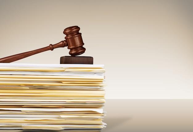 Martelo do juiz e documentos em segundo plano