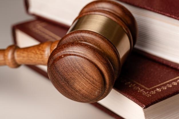 Martelo do juiz e livro jurídico em cima da mesa