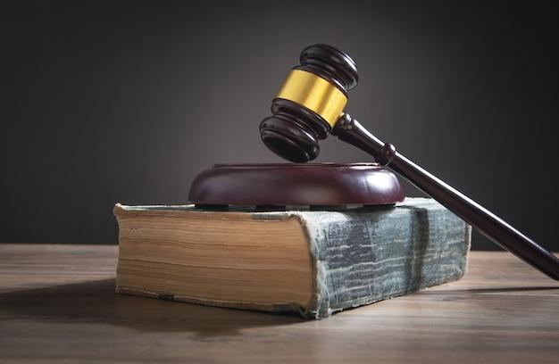 Martelo do juiz e livro sobre a mesa de madeira.
