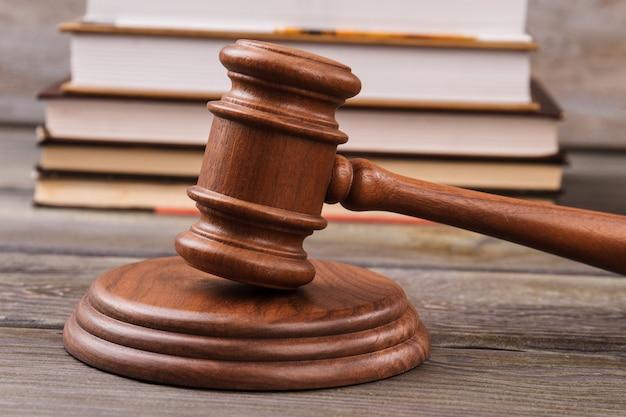 Martelo do juiz e livros de direito empilhados atrás. conceito de justiça e direito.