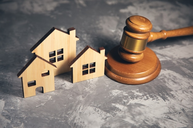 Martelo do juiz e modelo da casa. conceito de direito imobiliário