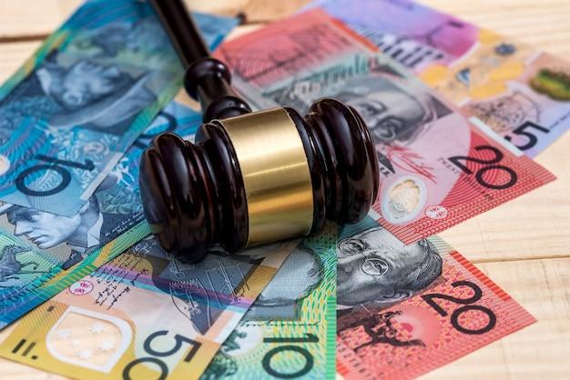 Martelo do juiz em close up das notas de dólar australiano