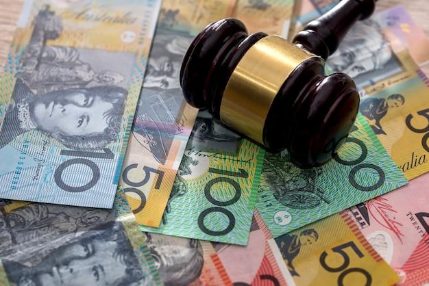Martelo do juiz em dólares australianos, conceito de justiça