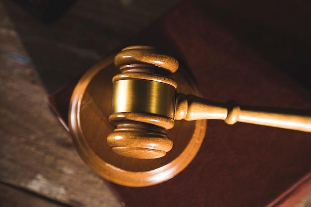 Martelo do juiz em um livro sobre uma mesa de madeira