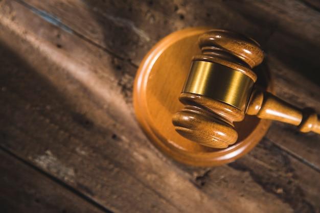 Martelo do juiz em uma mesa de madeira