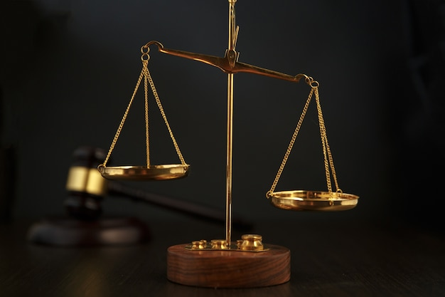 Martelo do juiz, escalas de justiça e lei no tribunal