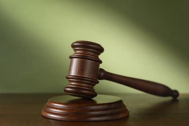 Martelo do juiz (leilão) em um verde