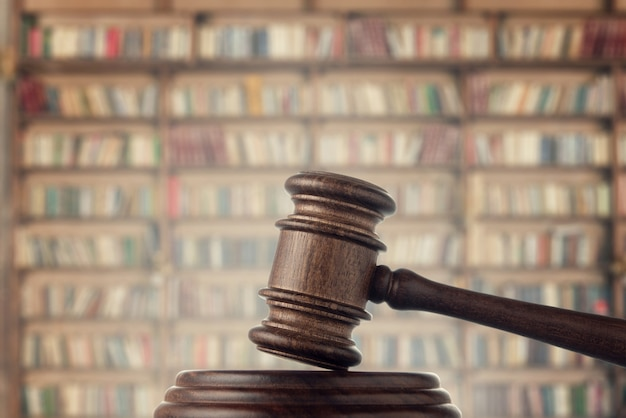 Martelo do juiz (leilão) no espaço da biblioteca