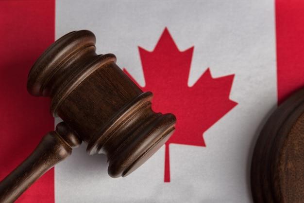 Martelo do juiz na bandeira do canadá close-up. conceito de legislação canadense.