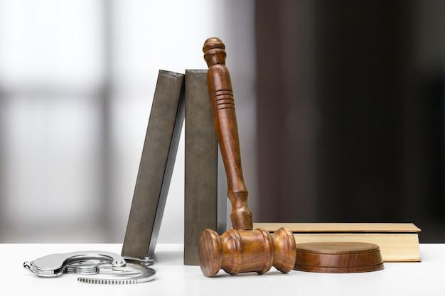 Martelo do juiz na luz, vista frontal. lei