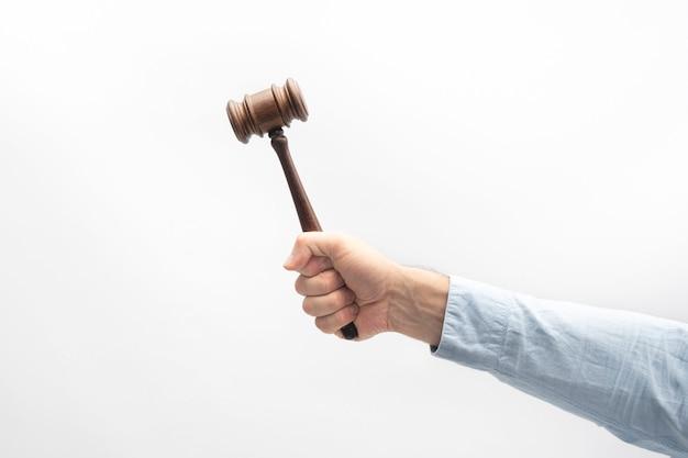 Martelo do juiz na mão masculina branca