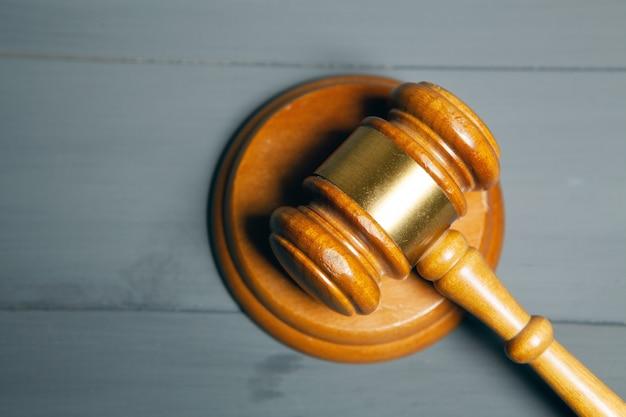 Martelo do juiz na mesa de madeira cinza