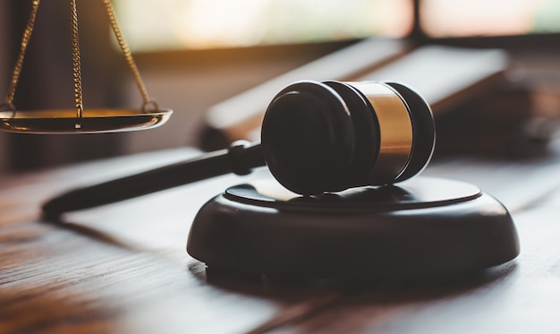 Martelo do juiz na mesa de madeira