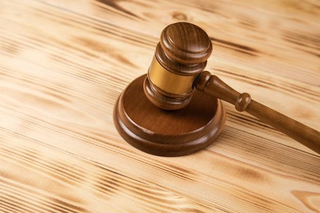 Martelo do juiz na superfície de madeira