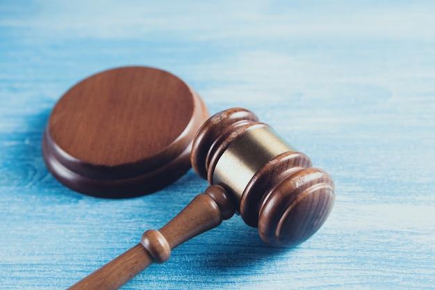 Martelo do juiz no fundo de madeira
