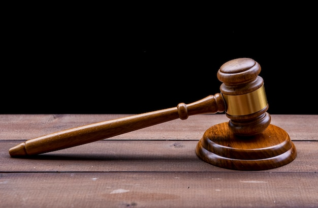 Martelo do juiz sobre fundo preto