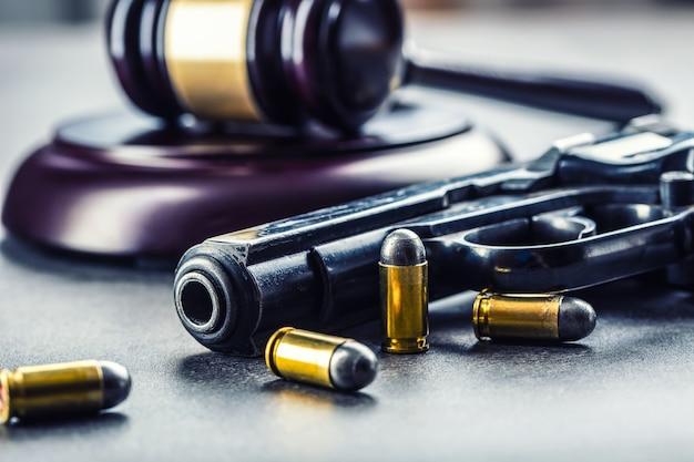 Martelo do martelo do juiz. justiça e arma. justiça e judiciário no uso ilegal de armas. julgamento em assassinato.