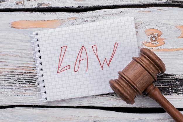 Martelo do martelo do juiz na mesa de madeira branca. conceito de lei e punição.