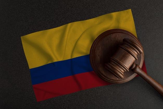 Martelo dos juízes e a bandeira da colômbia. lei e justiça. lei constitucional.