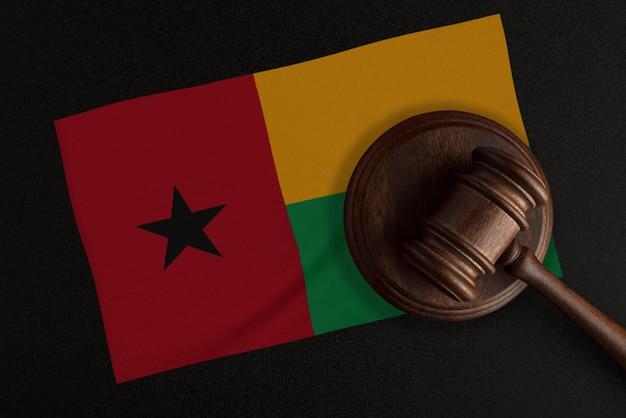 Martelo dos juízes e a bandeira da guiné. lei e justiça. lei constitucional.