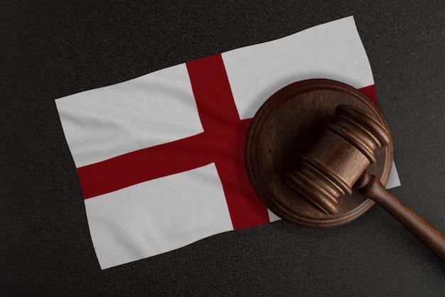 Martelo dos juízes e a bandeira da inglaterra. lei e justiça. lei constitucional.