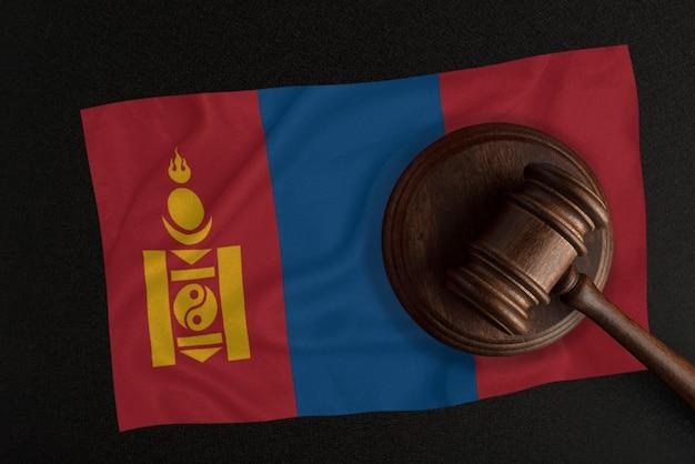 Martelo dos juízes e a bandeira da mongólia. lei e justiça. lei constitucional.
