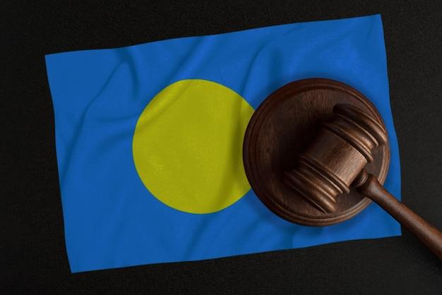 Martelo dos juízes e a bandeira de palau. lei e justiça. lei constitucional.