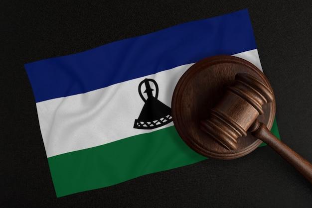 Martelo dos juízes e a bandeira do lesoto. lei e justiça. lei constitucional.