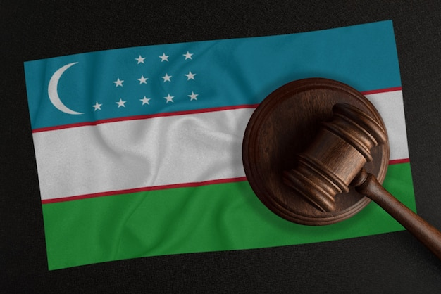 Martelo dos juízes e a bandeira do uzbequistão. lei e justiça. lei constitucional.