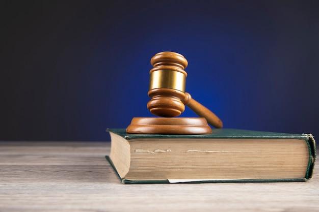 Martelo dos juízes e livro de leis sobre a mesa