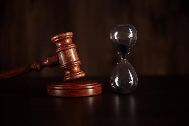 Martelo e ampulheta do juiz. conceito de lei e tempo.