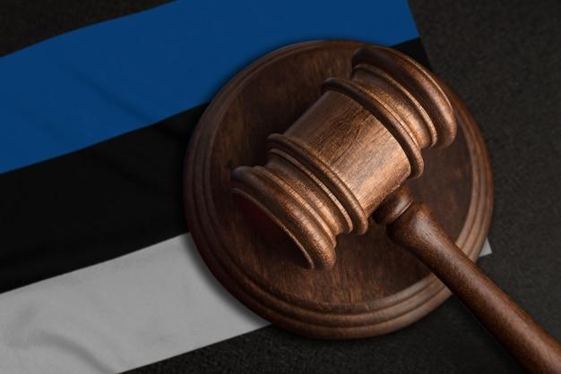 Martelo e bandeira do juiz da estônia. lei e justiça na estônia. violação de direitos e liberdades.