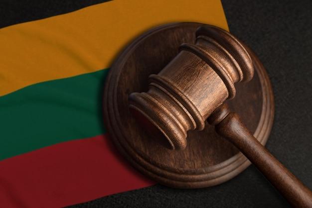 Martelo e bandeira do juiz da lituânia. lei e justiça na lituânia. violação de direitos e liberdades.