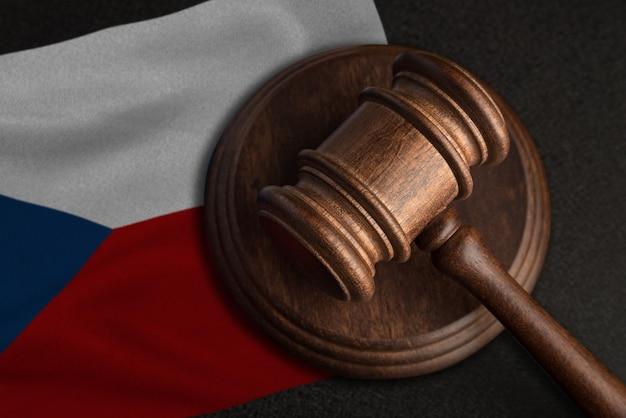 Martelo e bandeira do juiz da república tcheca. lei e justiça na república tcheca. violação de direitos e liberdades.