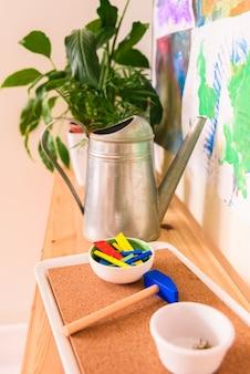 Martelo e brinquedo unhas para desenvolver as habilidades motoras das crianças.