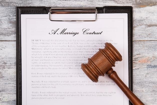 Martelo e contrato de casamento.