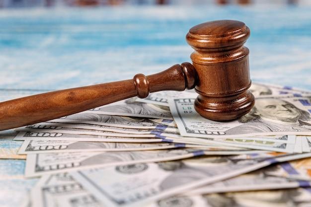 Martelo e dinheiro da corte