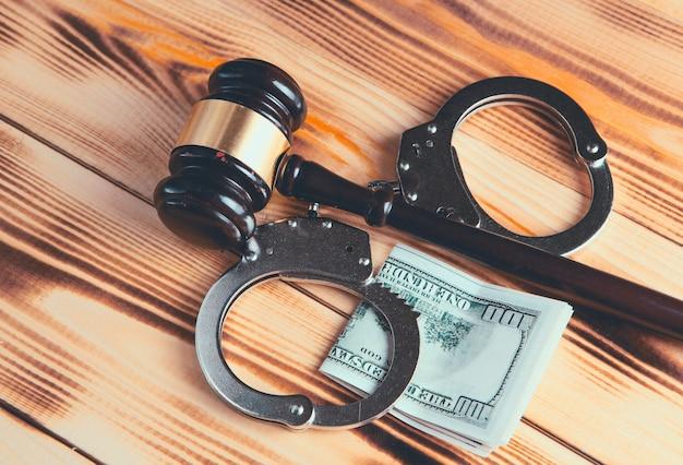 Martelo e dinheiro no tribunal.